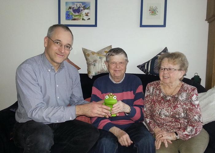 Spendenübergabe mit Frosch: Hubertus Protz, Gerhard Waschkies und Irene Waschkies (v.l.)