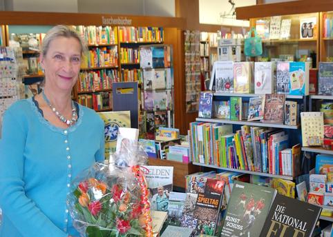 Ina Schneider mit dem Thementisch in der Hellerschen Buchhandlung