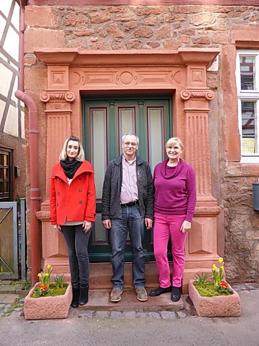 Adelheid Scherp-Korzeniewsky und ihre Tochter Nora mit Bürgerforums-Chef Hubertus Protz vor dem sanierten Portal